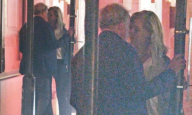 Jeremy Clarkson, 61, passionately kisses girlfriend Lisa Hogan, 48 ...